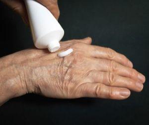крем на руке