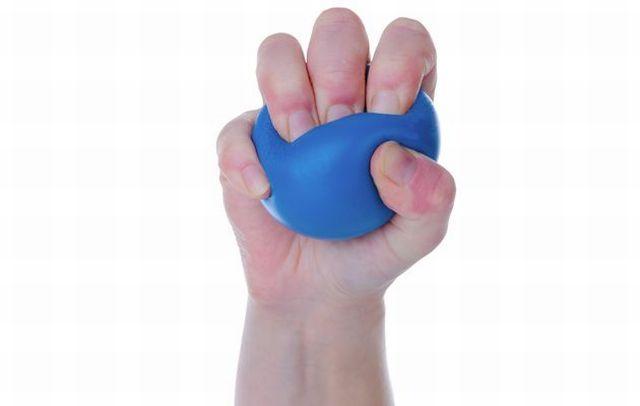 Мячик в руке