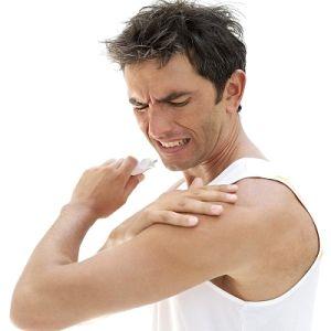 щелкает и болит плечо