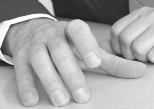 Удары пальцами по столу