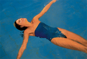 Девушка плывет на спине
